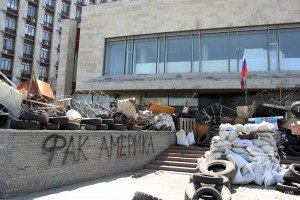 Barricades DNR in front of the Donetsk Regional State Administration, April 26, 2014