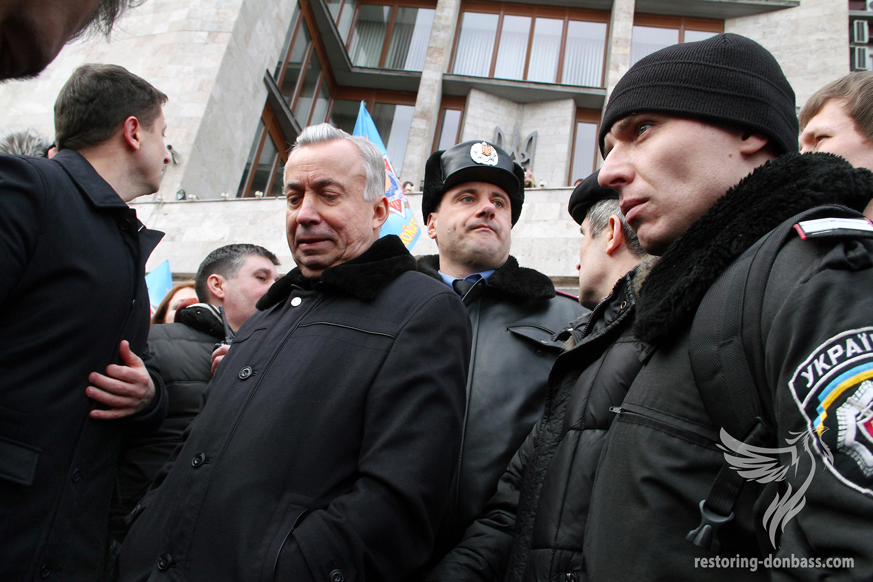 Donetsk authorities under siege in the State administration, March 1, 2014