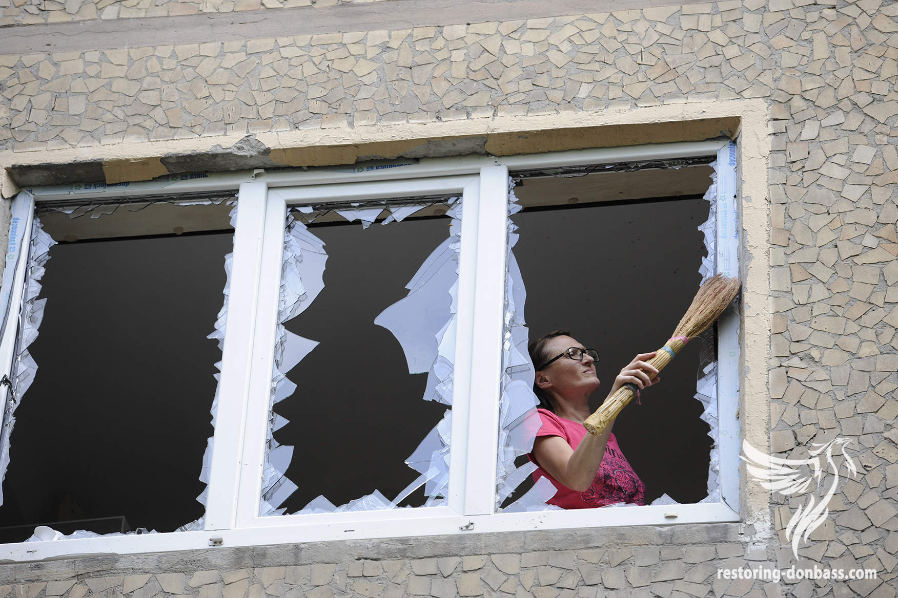 Donetsk residents are putting in order their apartments after a night of shelling, May 3, 2015