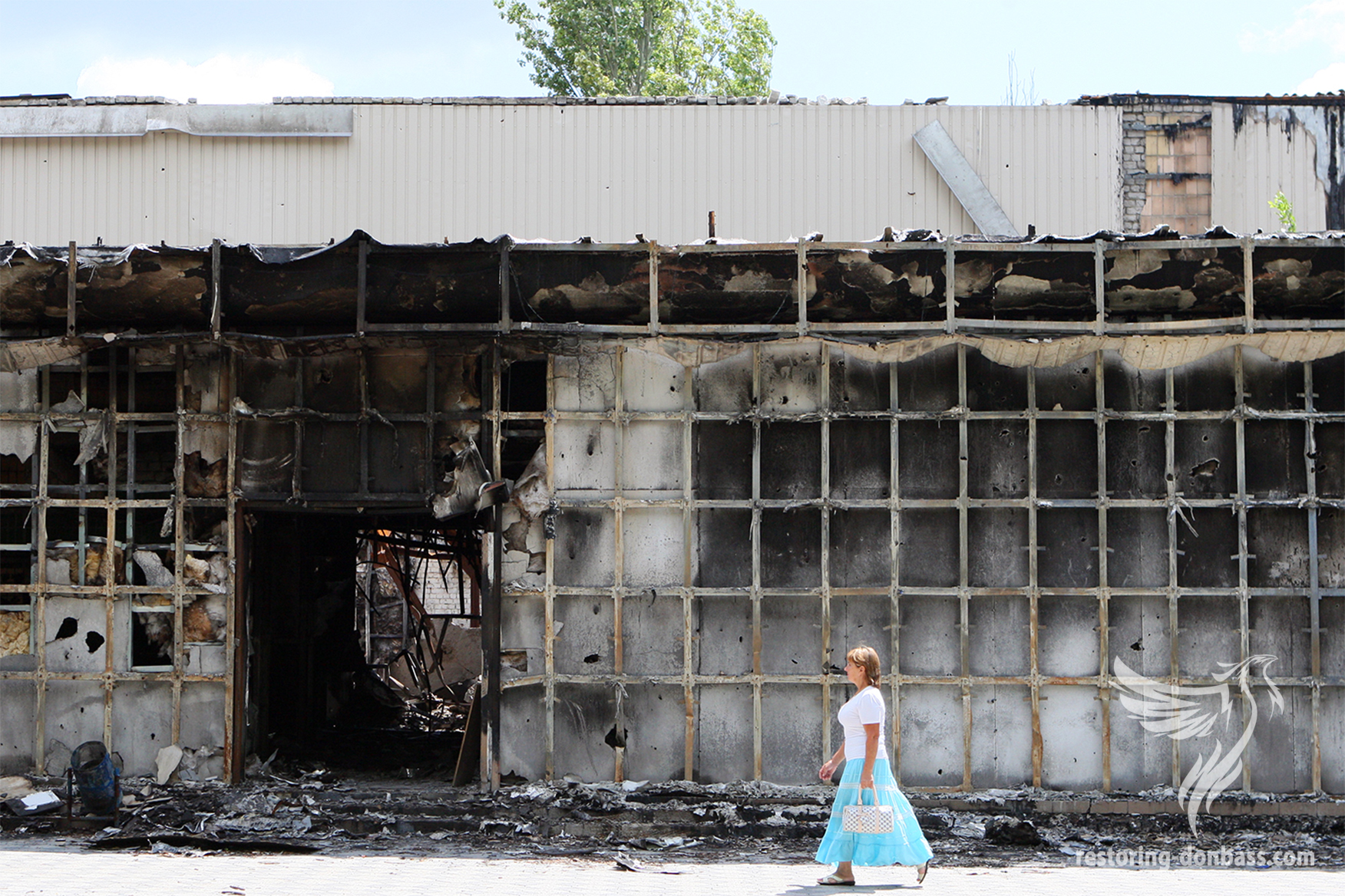 Burned supermarket in the settlement Oktyabrsky near the Donetsk airport