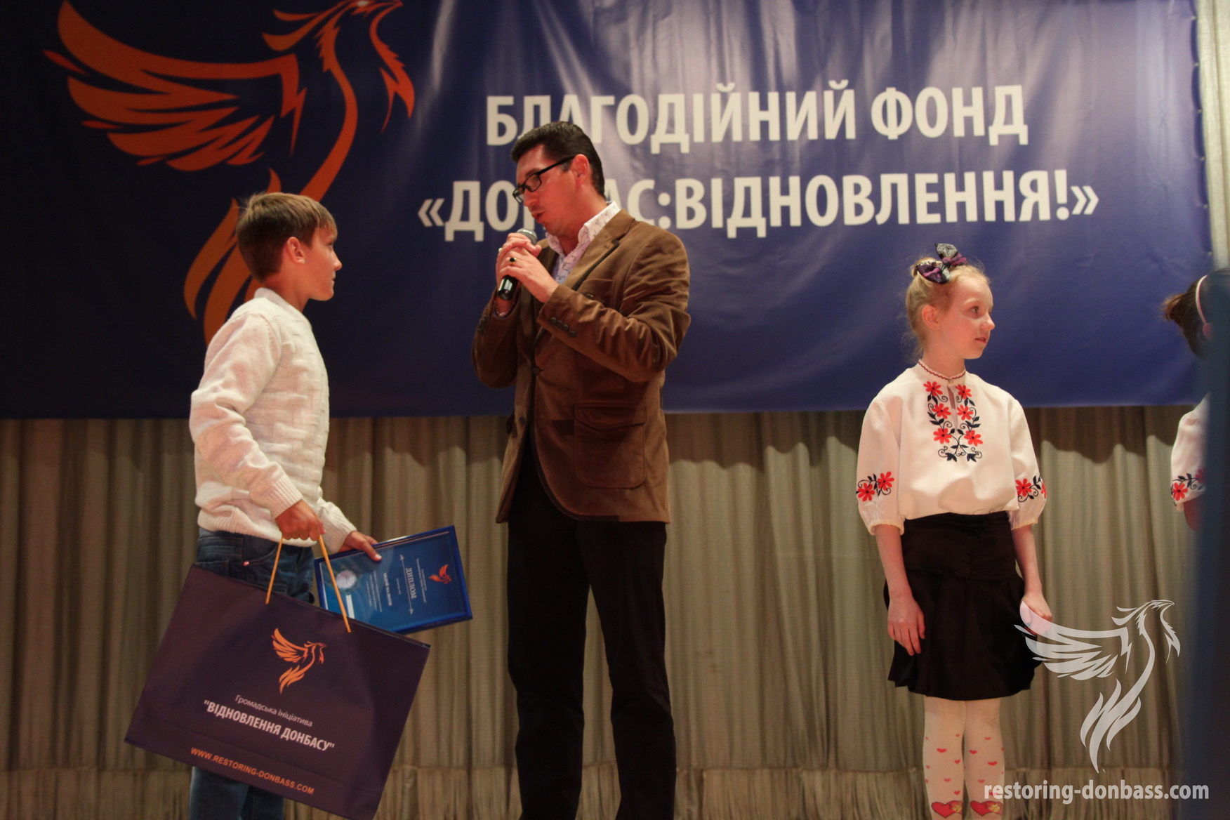 The honored artist of Ukraine Andrey Romaniy awards  the winner of competition