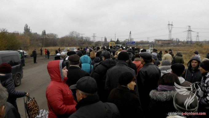 "There is a queue of 500 people among the demarcation line in Mayorsk – ""Restoring Donbas"" PHOTO"