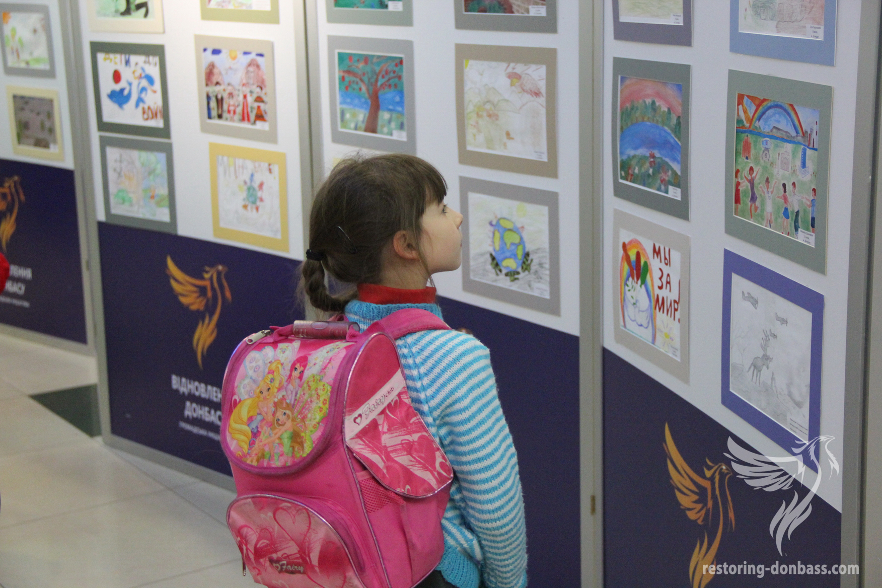 Guest of the Kharkov exhibition gets acquainted with competitive work