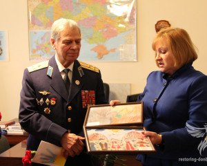 Elena Petryaeva presented to veterans children's drawings from competition the Peace and war through the eyes of Donbas children