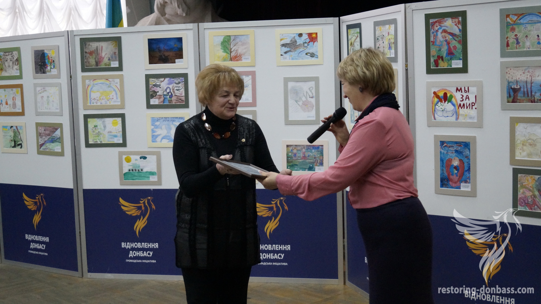 Volunteers of Restoring Donbas gave the diploma to director of the art school Elena Avramenko