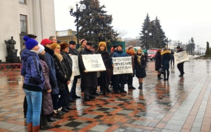 IDPs are conducting a picket under the Parliament in Kiev