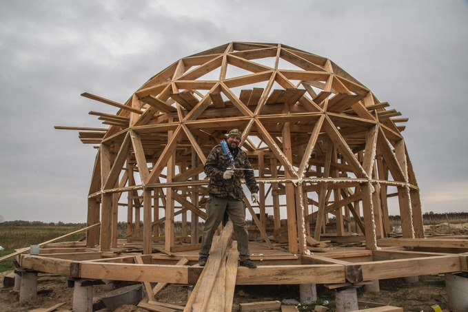 IDPs build domed frame houses not far from Kyiv