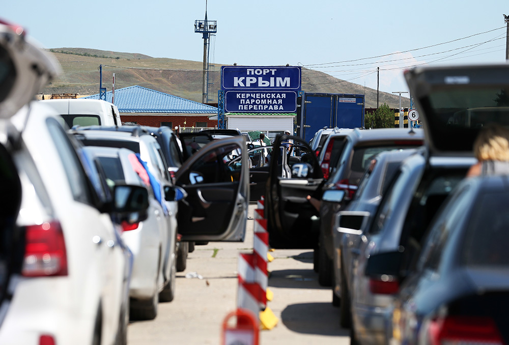"ITAR-TASS: CRIMEA, RUSSIA. JUNE 28, 2014. Motor vehicles stand in line for the Strait of Kerch ferry crossing at the Crimea Port. (Photo ITAR-TASS / Mikhail Pochuyev) Россия. Крым. 28 июня. Очередь из автомобилей на паром в порту ""Крым"". Фото ИТАР-ТАСС/ Михаил Почуев"